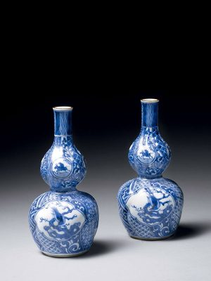 Pair of blue and white Kutani porcelain saké bottles, Suda Seika kiln