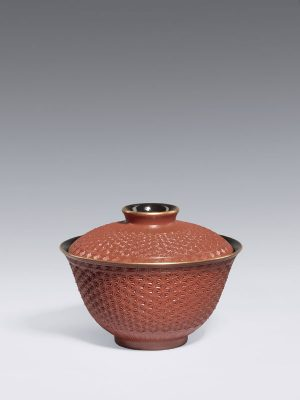 Porcelain bowl and cover in imitation of lacquer