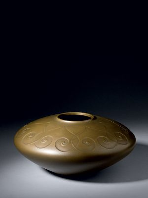 Bronze vase with heart-­shaped design, by Hongo Toshihiko (b. 1947)