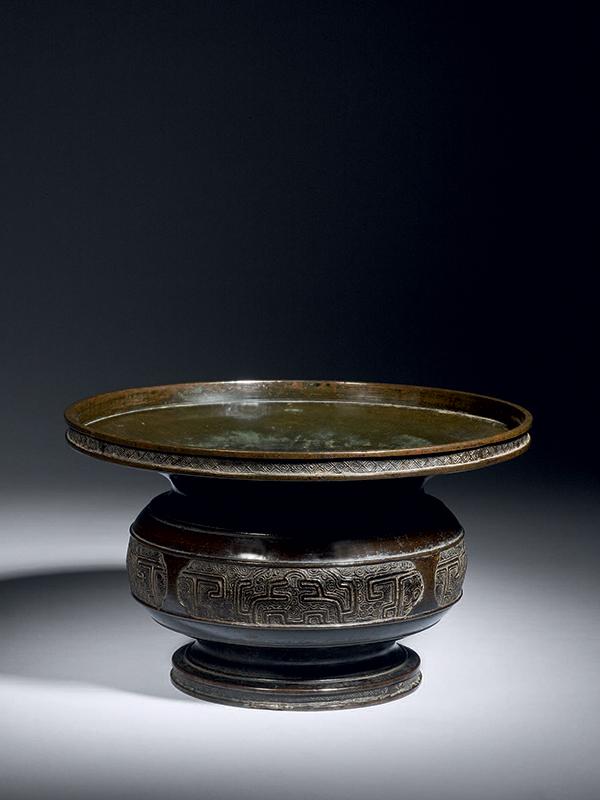 Bronze vase with wide rim