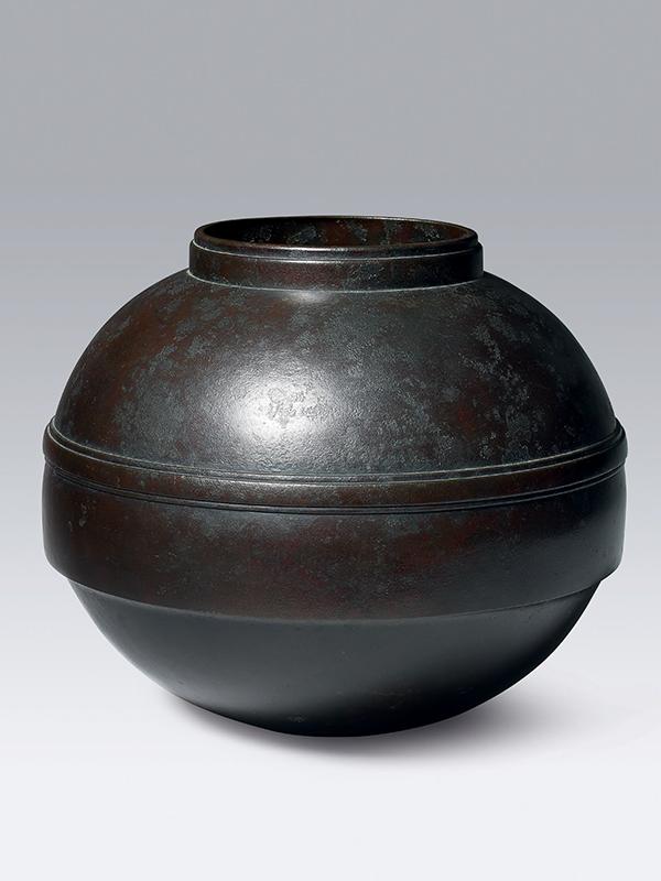 Bronze vase by Toyochika