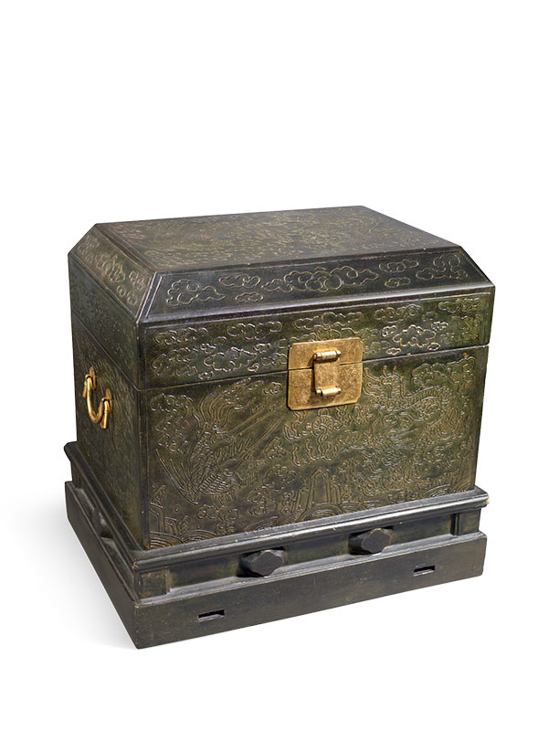Green lacquered wood travelling chest